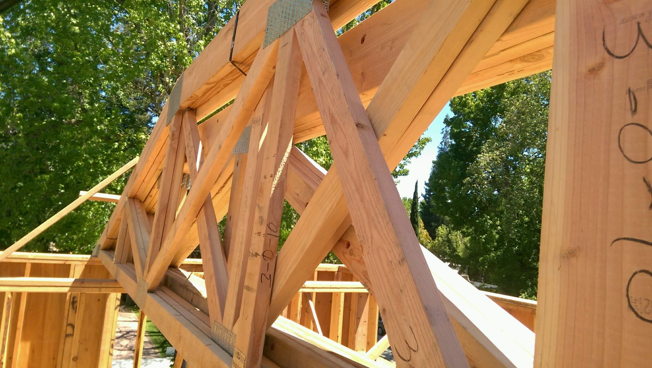 Wooden truss construction with metal truss plates
